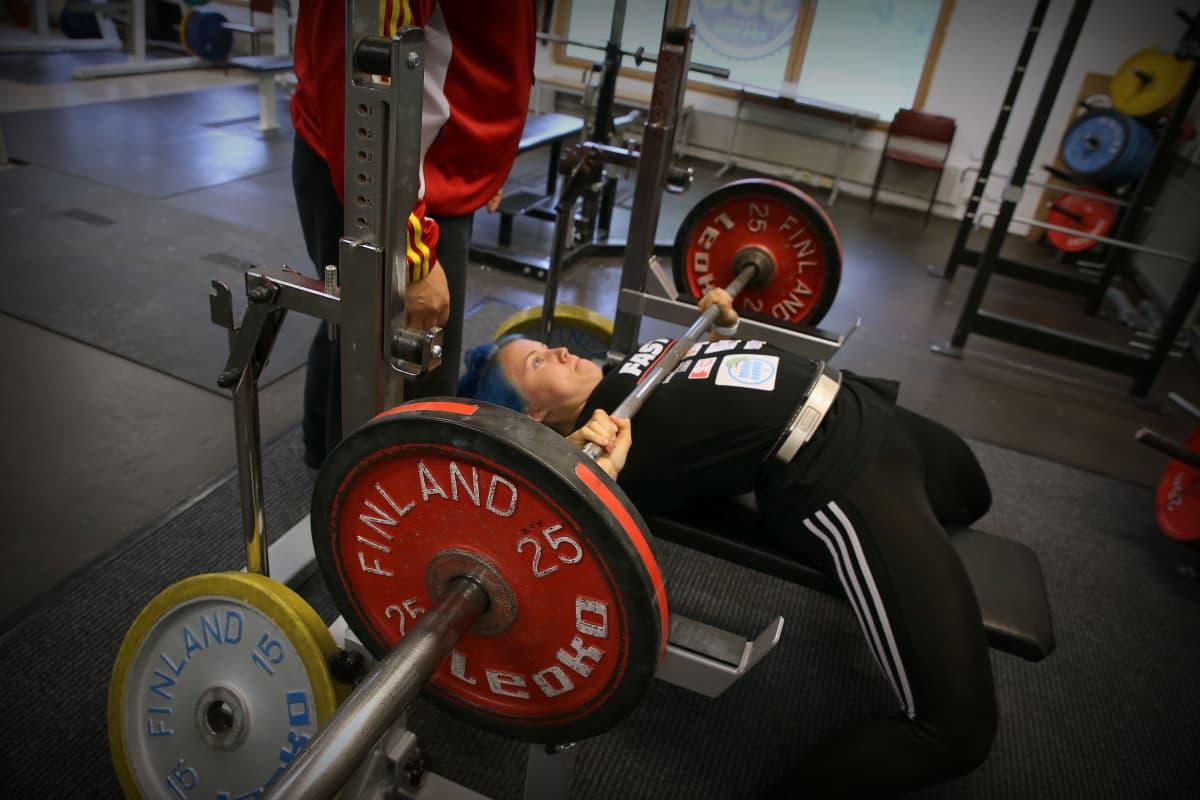Voimanostossa lihasten koolla ei ole niin merkitystä, vaan sillä, kuinka paljon voimaa siinä lihaksessa on, Susanna Törrönen sanoo.