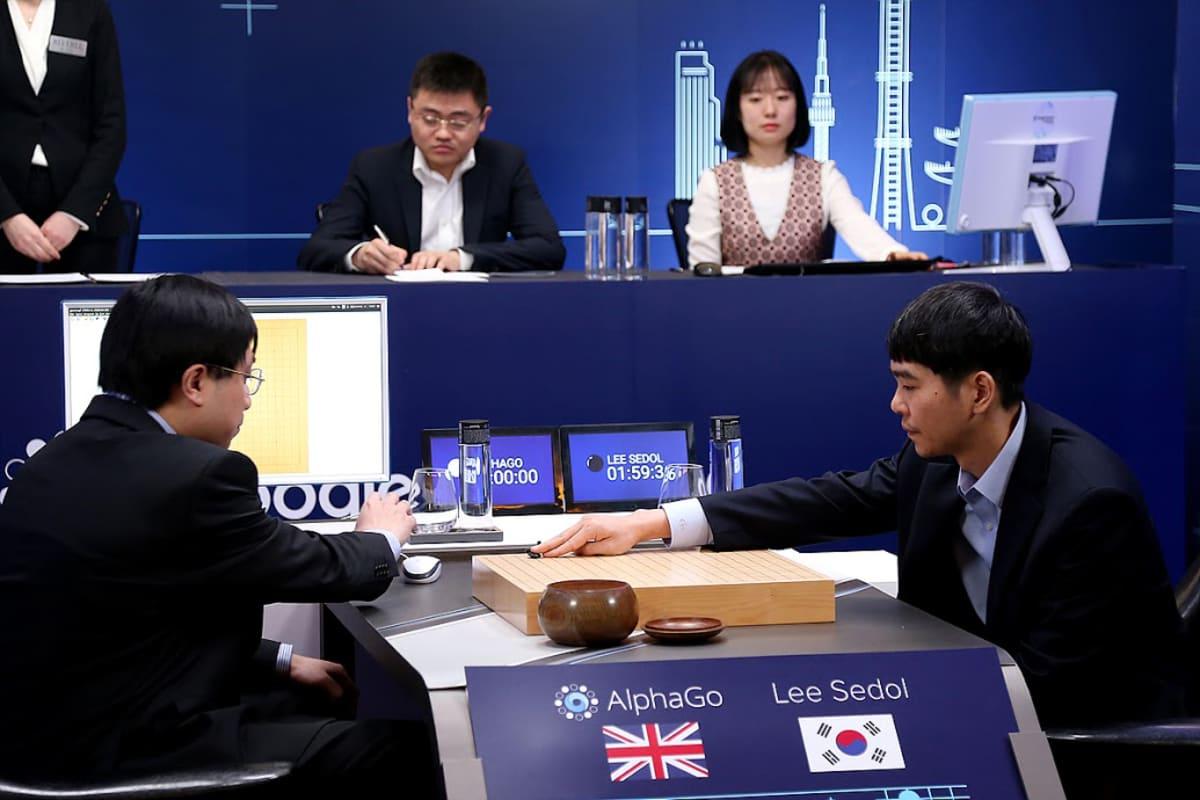 Etelä-Korean Lee Se-dol pelaa shakkia tekoälyä vastaan.
