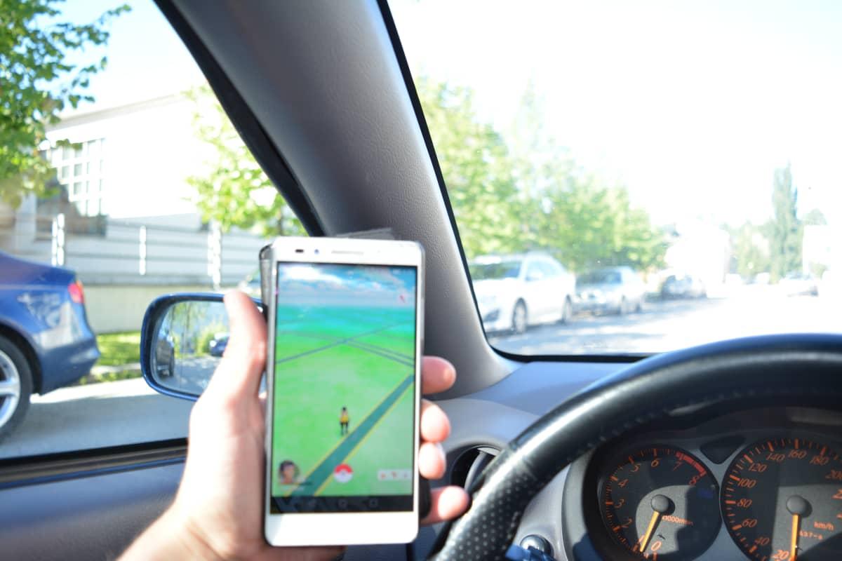 Poliisi on havainnut autoilijoiden pelaavan peliä jopa ajaessaan