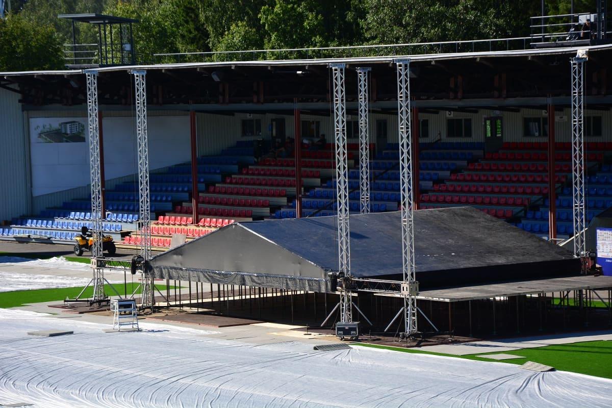 Vaasan jalkapallostadionille rakentuu esiintymislava.