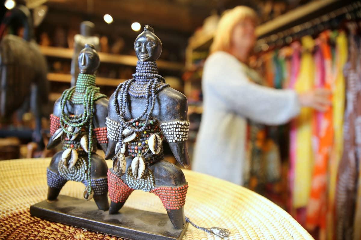 Loviisan Laivasillalla sijaitsee Jaana Kapari-Jatan toinen intohimo, kesäkauppa, jossa hän myy Afrikasta ostamiaan vaatteita, käsitöitä ja taideteoksia.