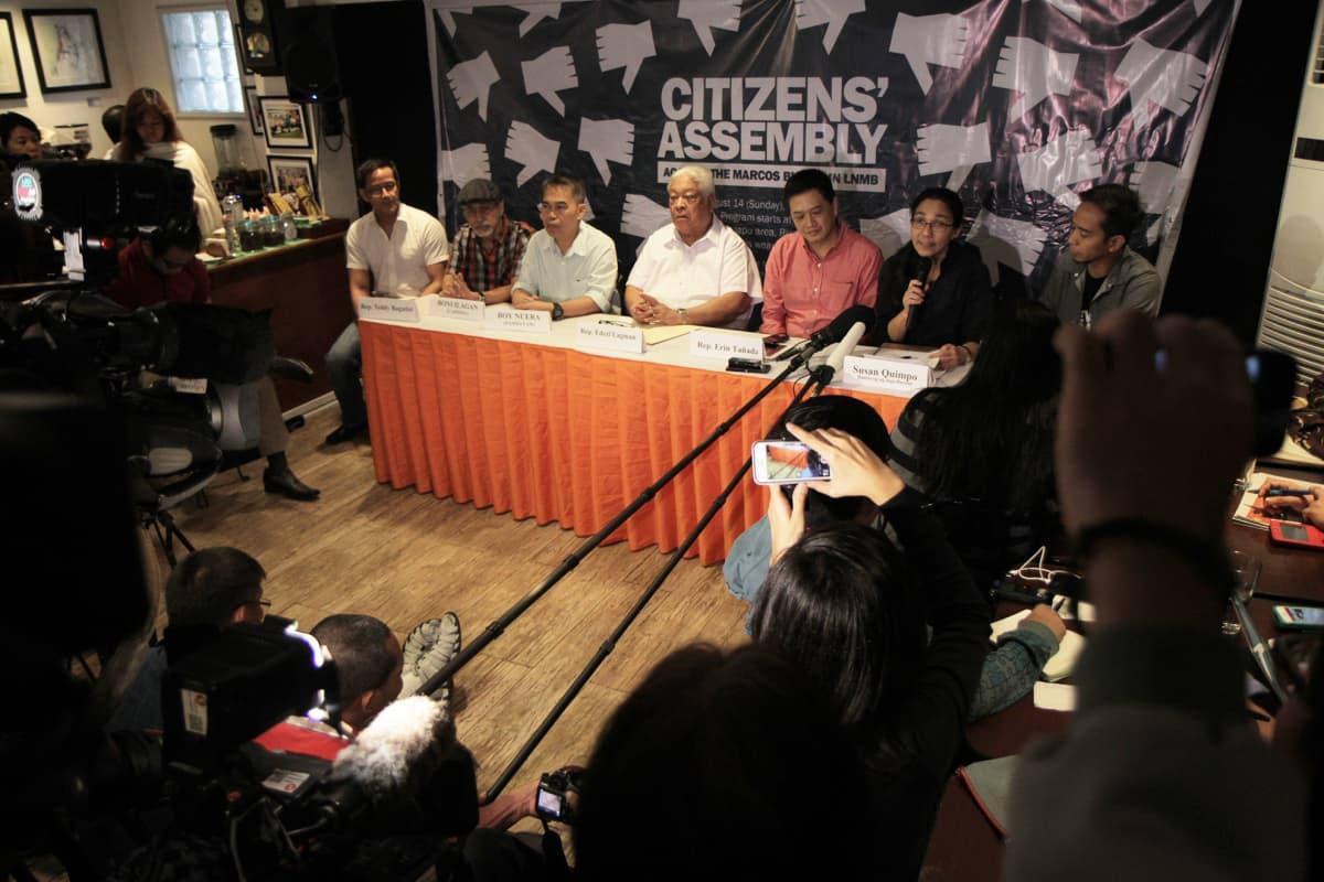 Edcel Lagman lehdistötilaisuudessa, jossa Marcosin poikkeustilavuosien uhrit ja omaiset kertoivat vastustuksestaan ja tulevasta mielenosoituksesta.