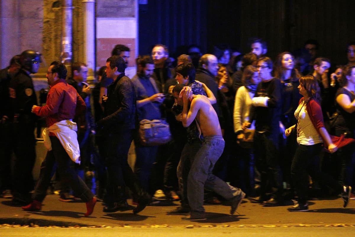 Ihmisiä evakuoidaan terrori-iskun jälkeen Bataclan-teatterista Pariisissa.