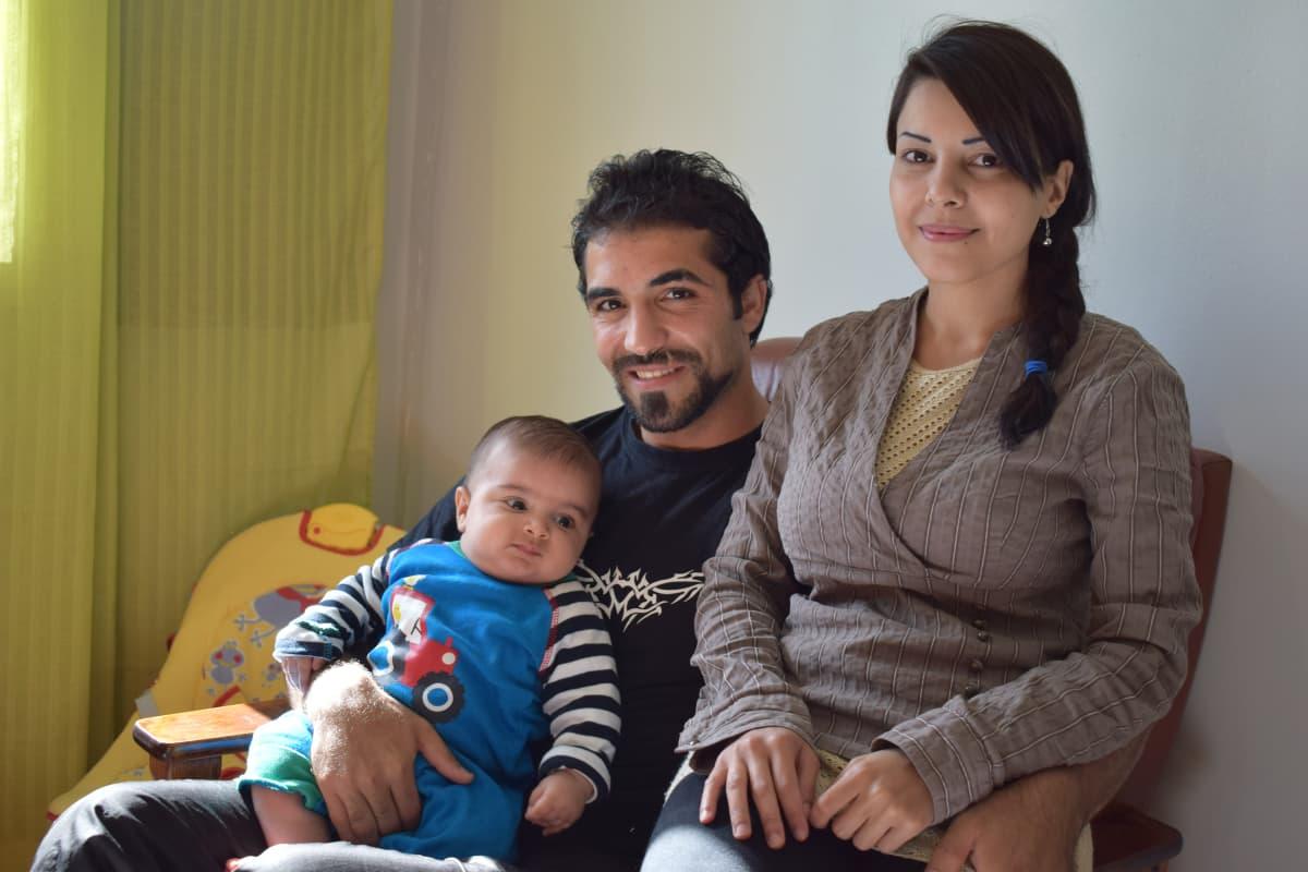 Irakilaiset Mahdi ja Maisam Alobaidi, sylissä 4,5 kuukauden ikäinen Abbas.