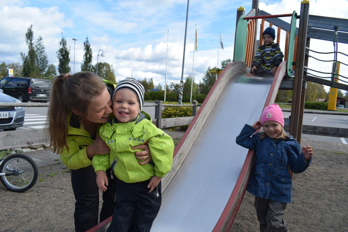 Anna-Maria Koskelo Kyyjärven Paletin leikkipaikalla kahden lapsensa ja pikkuveljensä kanssa.