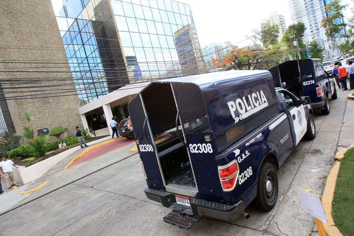 Poliisiauto rakennuksen edessä.