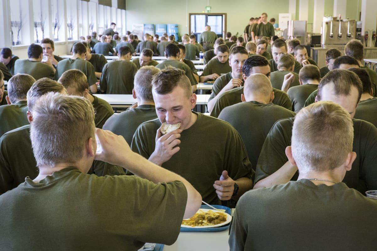 Sotilaat ruokailevat.
