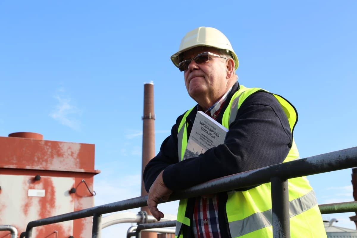 Heikki J. Oksanen kirjoitti historiikin tehtaan vuosikymmenistä.