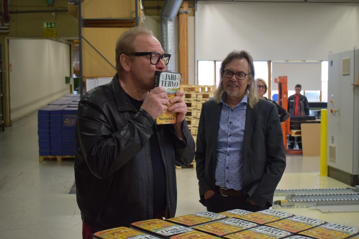 Jari Tervo pussasi innoissaan uutta kirjaansa kustannustoimittaja Harri Haanpään seuratessa vieressä.