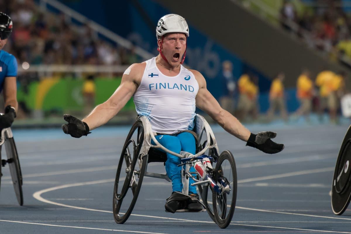 Leo-Pekka Tähti tuulettaa 100m (T54) voittoaan Rion maaliviivalla