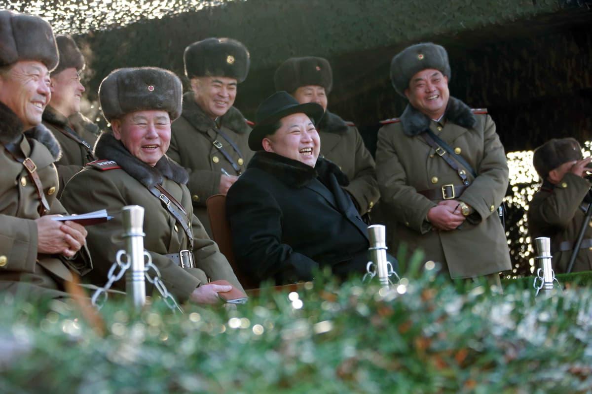 Kim Jong-un on ollut Pohjois-Korean johdossa vajaat viisi vuotta. Kuvassa hän seuraa sotaharjoitusta Pjongjangissa.