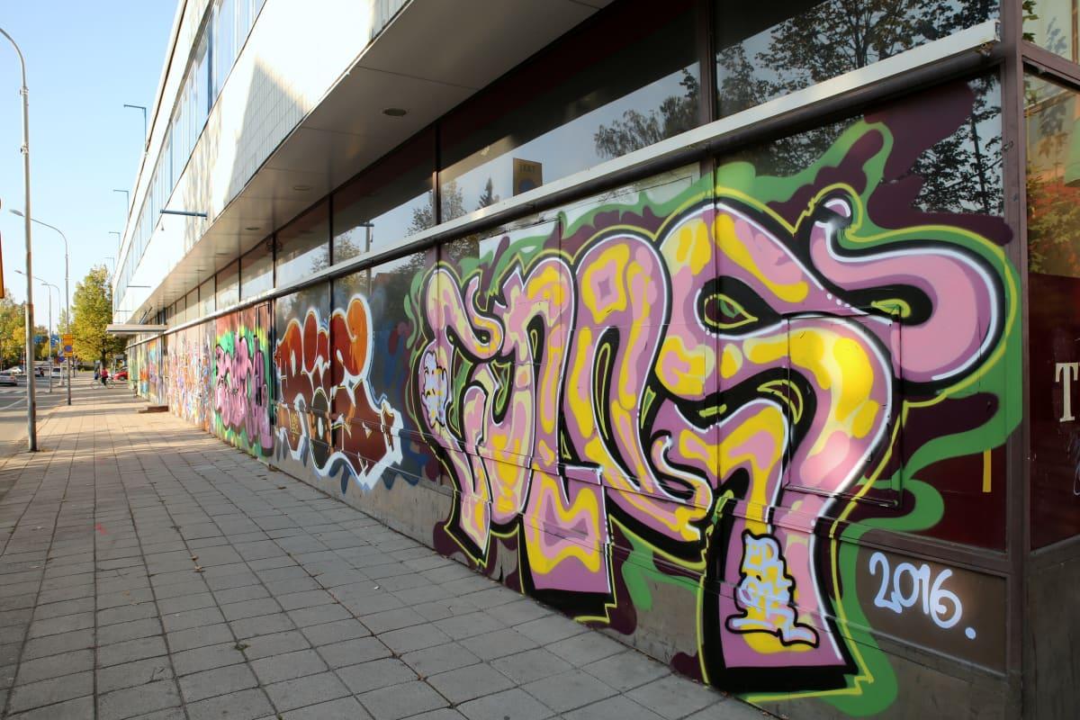 Keravan keskustan purettavat kauppakorttelit on koristeltu graffiteilla. Korttelien purkaminen alkaa lokakuun lopulla.
