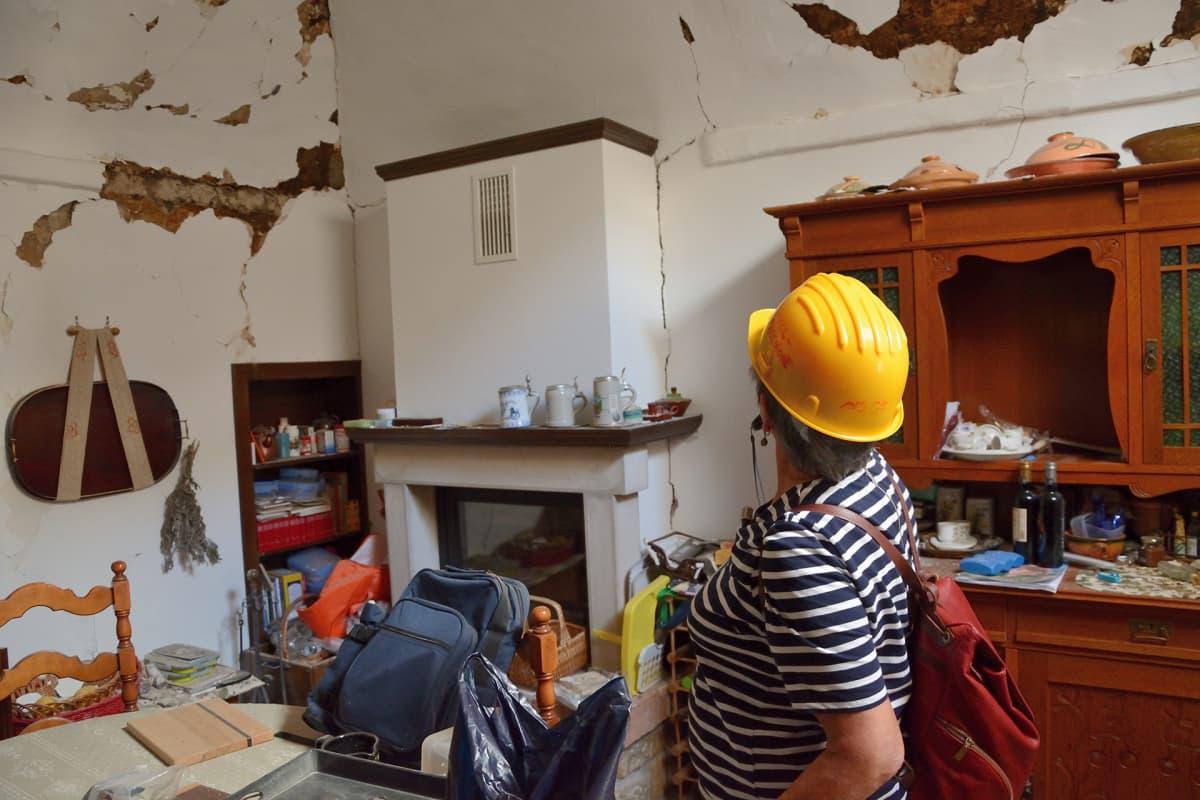 Ritva Kettunen-Roselli tutustuu kotinsa tuhoihin