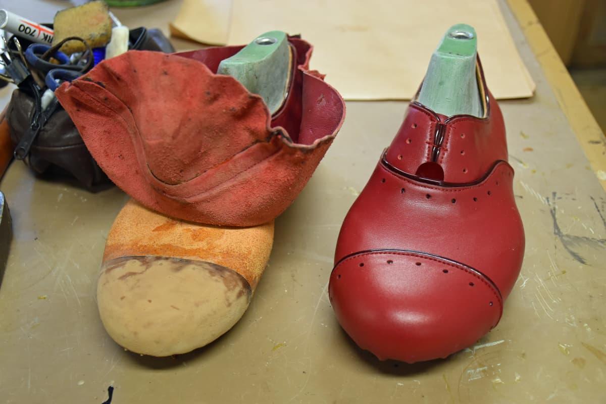 Valmistumassa oleva Oxford-mallinen kenkäpari.