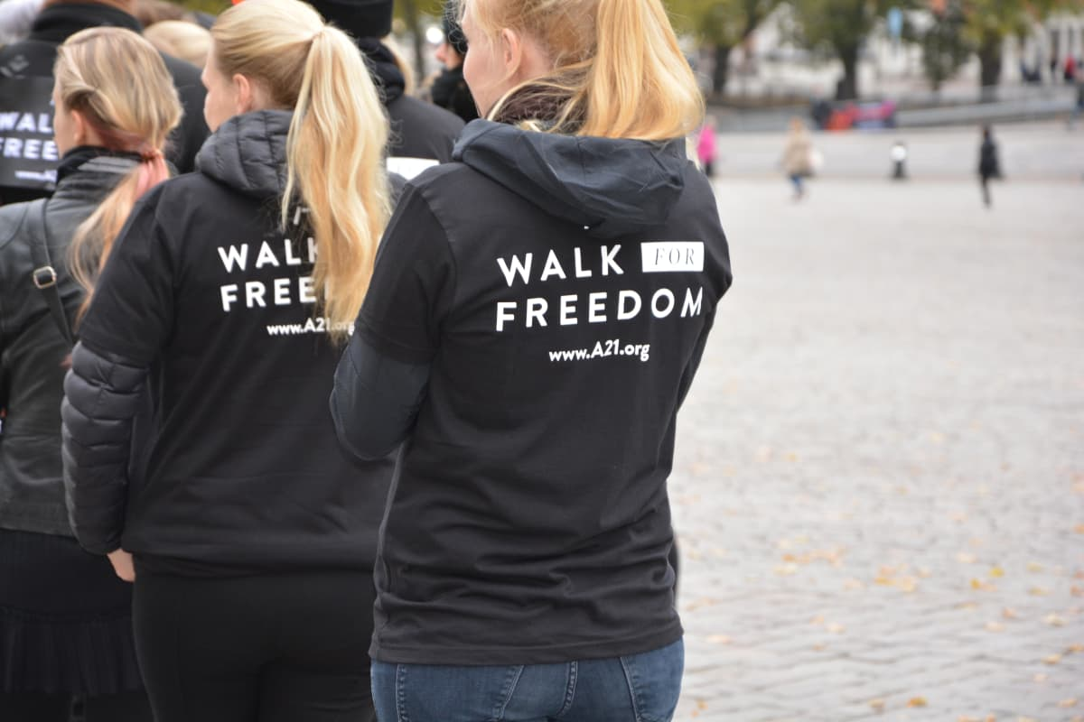 Turussa noin sata vastusti ihmiskauppaa kävelemällä.