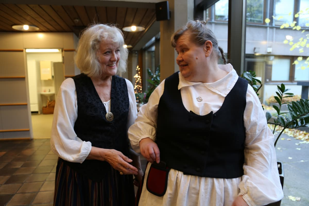 Leena-Kaisa Kivioja ja Eeva Koivula käyttävät kansallispuvusta toisinaan vain osio, ei koko pukua.