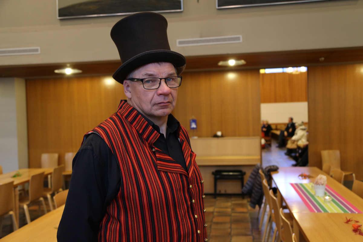 Teemu Taposella on yllään Valkealan kansallispukuun kuuluva liivi ja Länsi-Suomalaisen puvun hattu.
