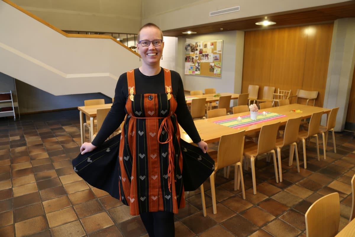 Sari Taposella on yllään karjalaisen sarafaanin kaavasta tehty uusiomekko.
