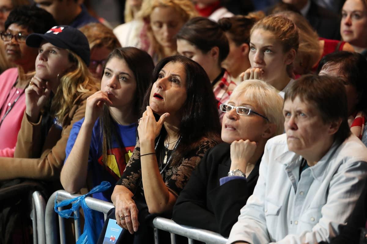 Hillary Clintonin kannattajat katsoivat äänestystuloksia Jacob K. Javits -keskuksessa New Yorkissa 8. marraskuuta.