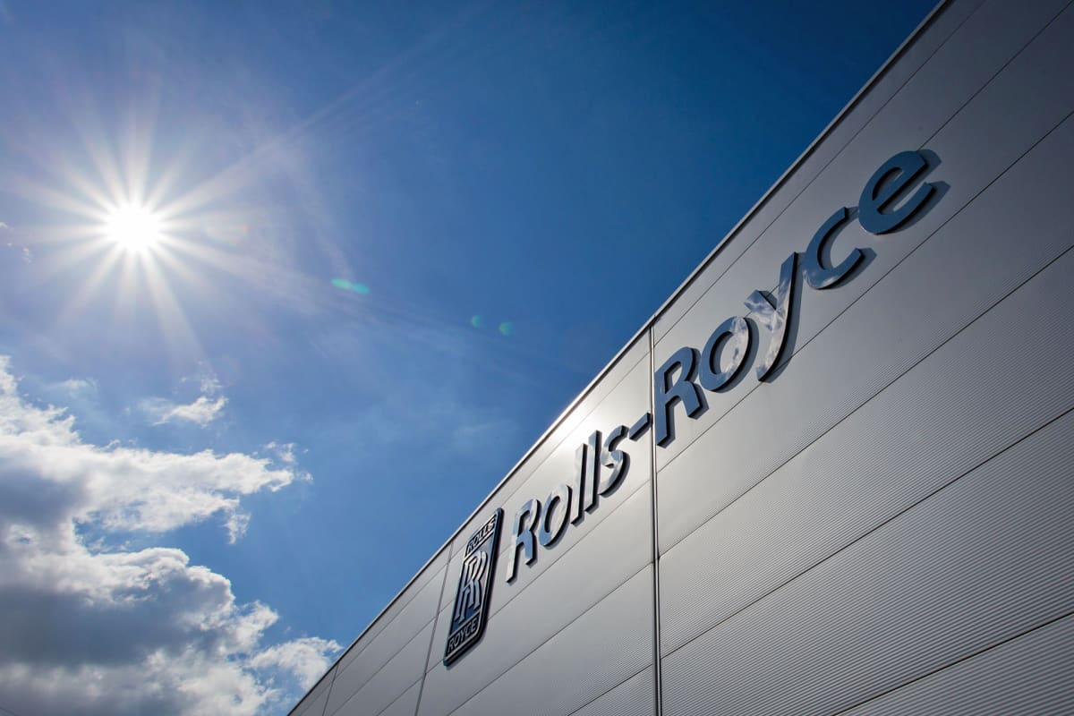 Rolls-Roycen logo hallin ulkopuolella.