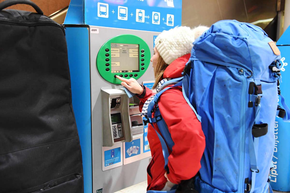 Lippuautomaatti rautatieasemnan metron edessä.