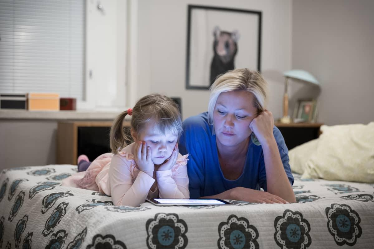 Tinka Lindroth ja tytär Kaisla katselevat iPadilta Pikku Kakkosta.