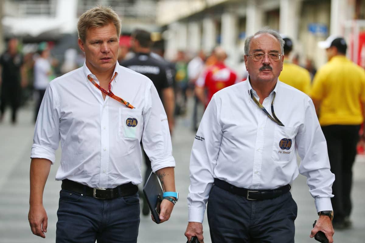 Mika Salo F1-varikolla.