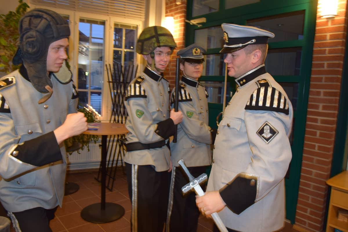 Sotilasasuiset miehet etsivät oikeaa nyrkin asentoa.