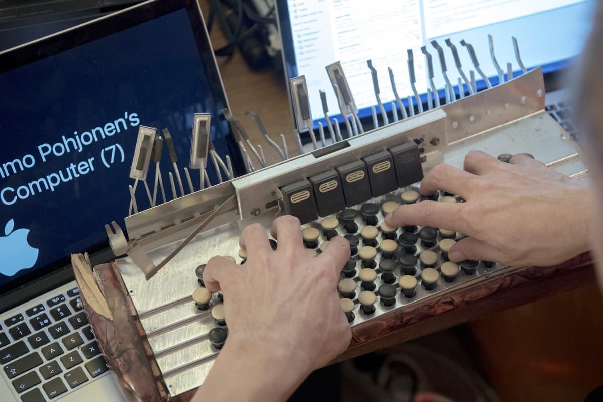 Kimmo Pohjonen naputtelee harmonikan näppäimistöä ja kutsuu sitä kirjoituskoneeksi.