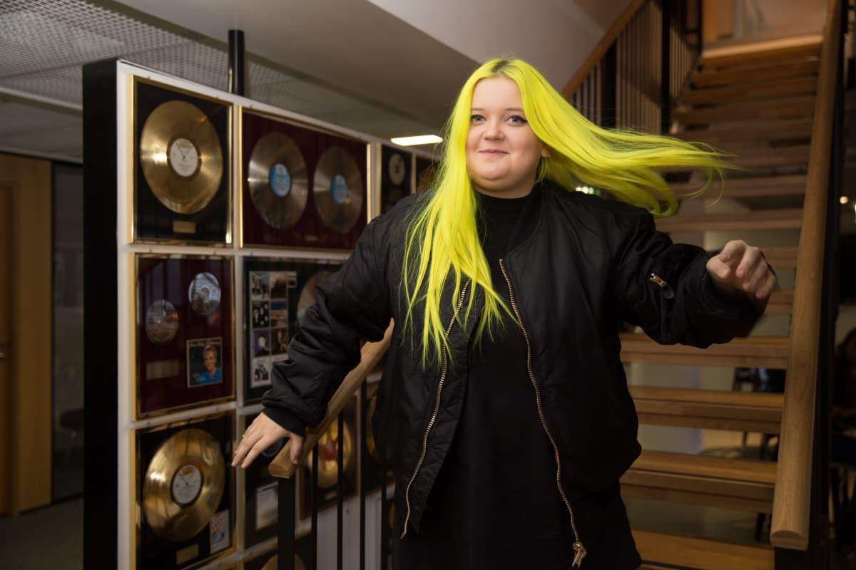 Almalla on kansainvälinen levytyssopimus Saksan Universal Musicin kanssa.