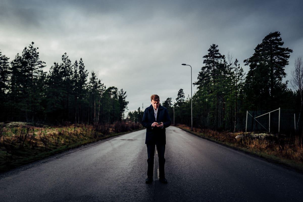 Mies seisoo keskellä tietä