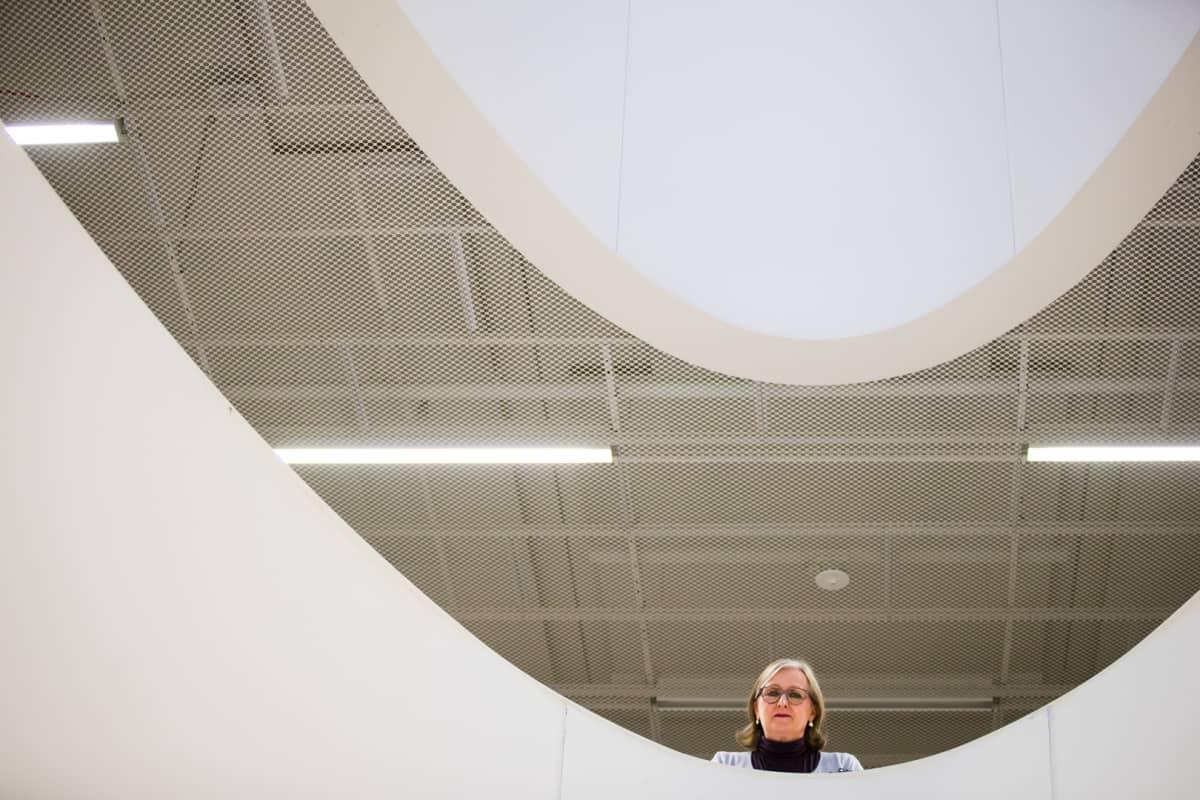 Emeritaprofessori Anneli Aejmelaeus on tutkinut työkseen Vanhan testamentin tekstien syntyhistoriaa. Hänet kuvattiin Helsingin yliopiston kirjastossa.