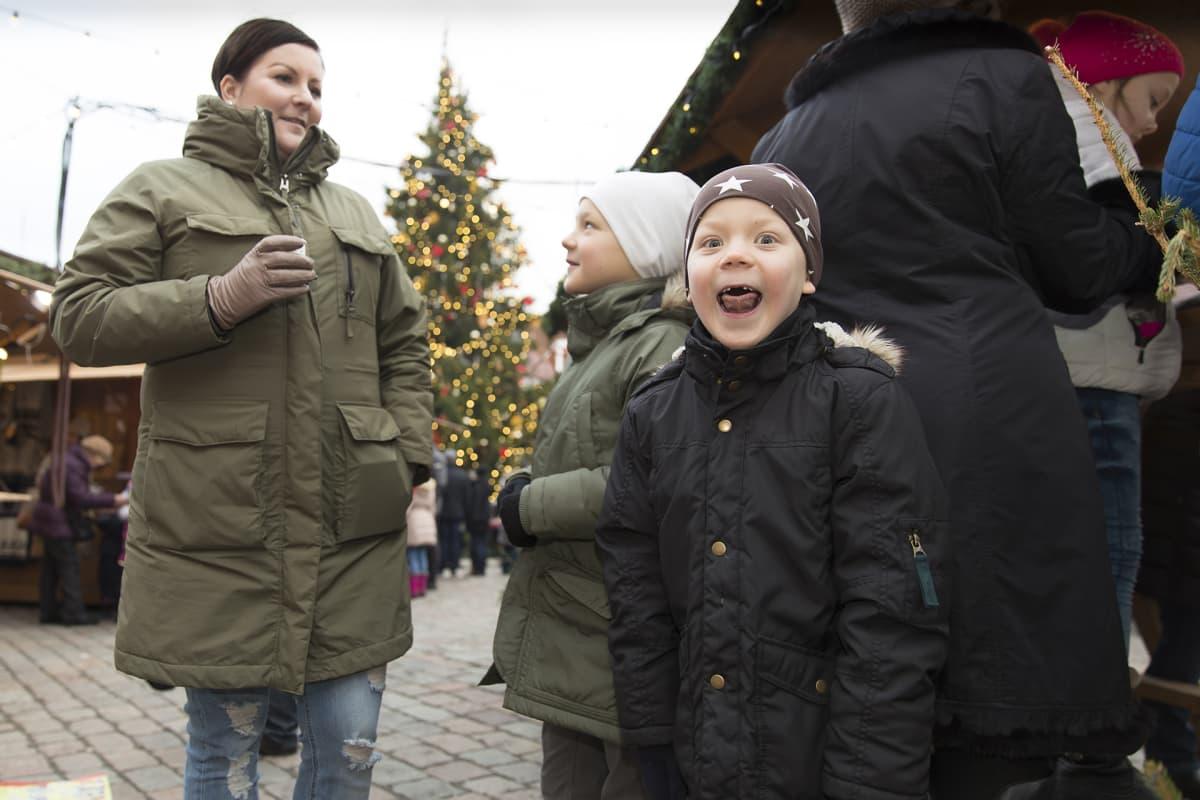 Perhe joulumarkkinoilla.