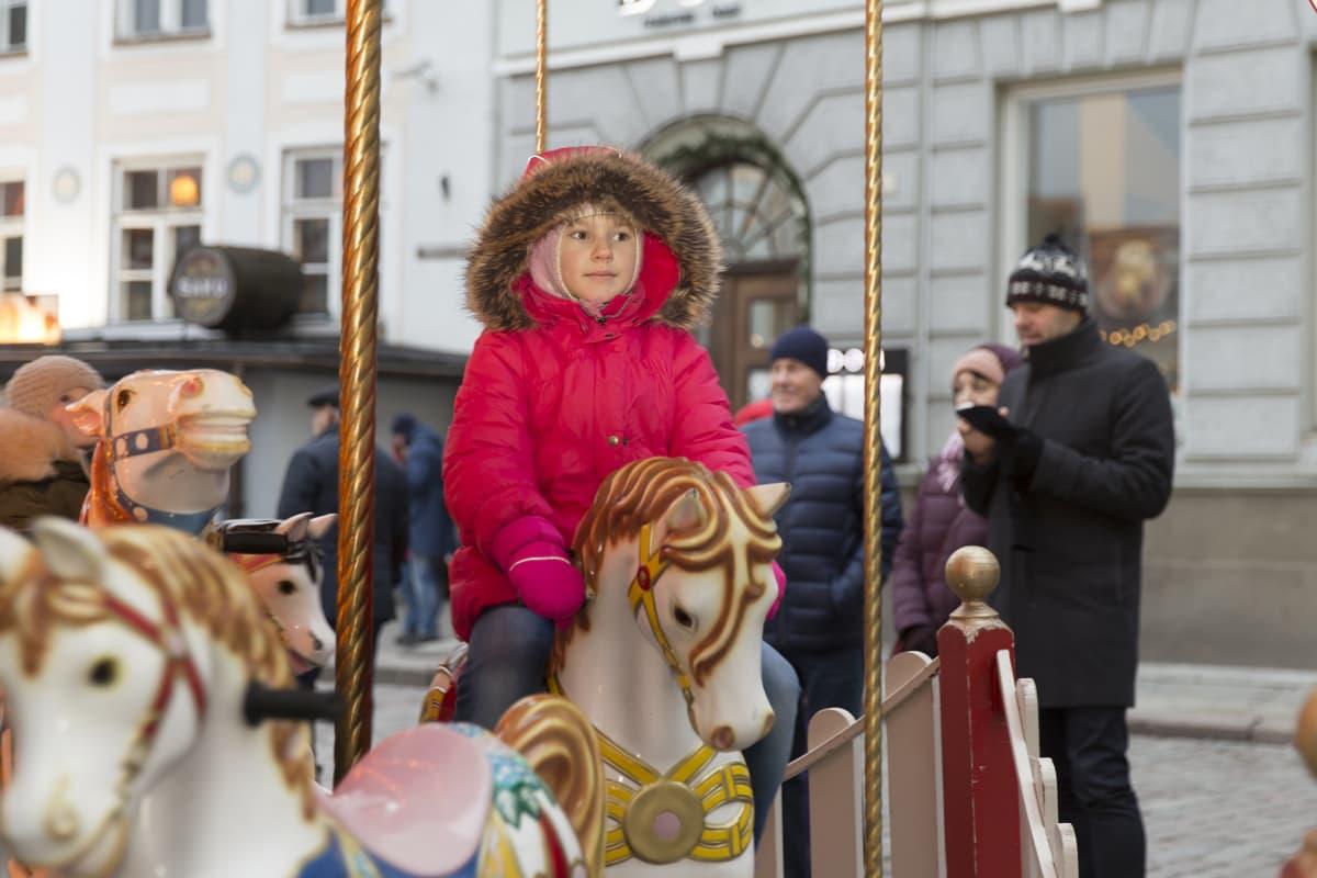 Lapsi karusellissa.