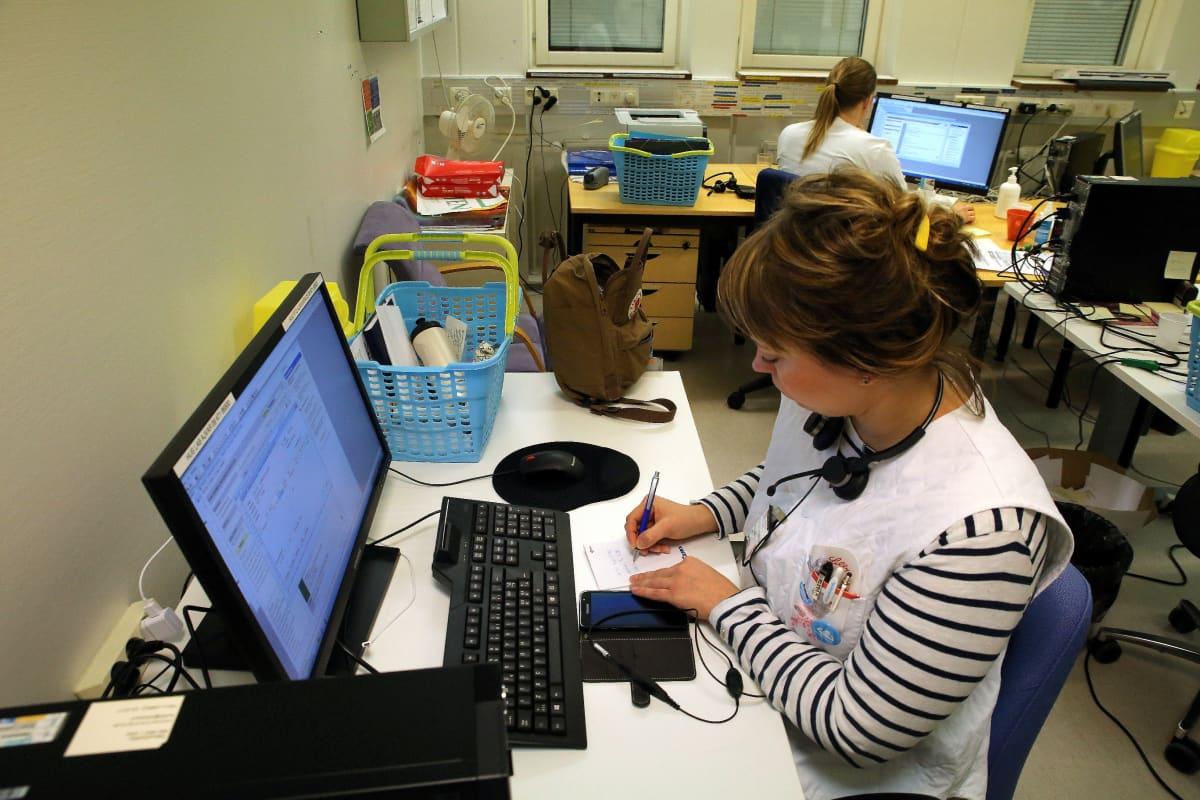 Sairaanhoitaja Tanja Saarelainen käsittelee sähköisiä yhteydenottoja Vallilan terveysasemalla.