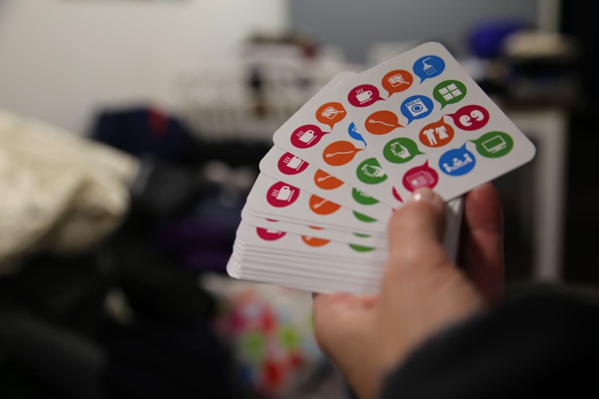 Sininauhasäätiö jakaa kortteja, joissa kerrotaan, mitä palveluja päivisin avoinna olevasta Mäkelänkadun päiväkeskus Illusiasta saa.