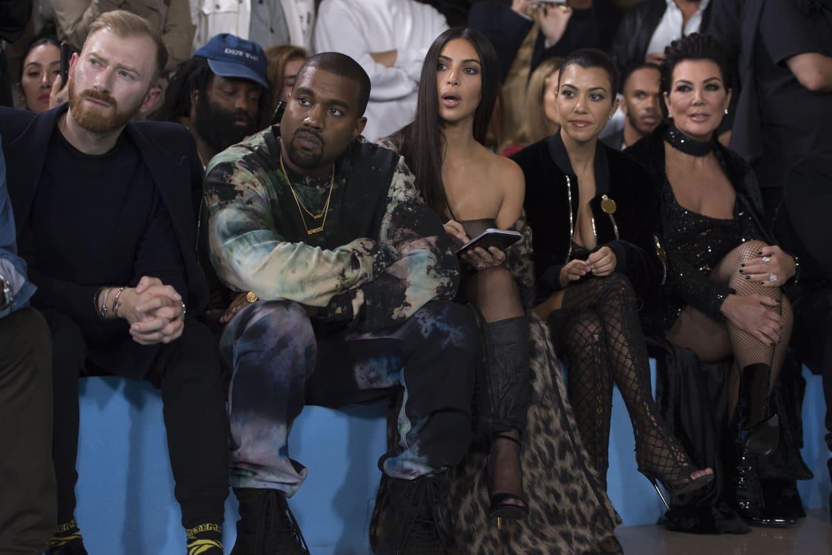 Kim Kardashian ja hänen miehensä, laulaja Kanye West istuvat yleisön joukossa.