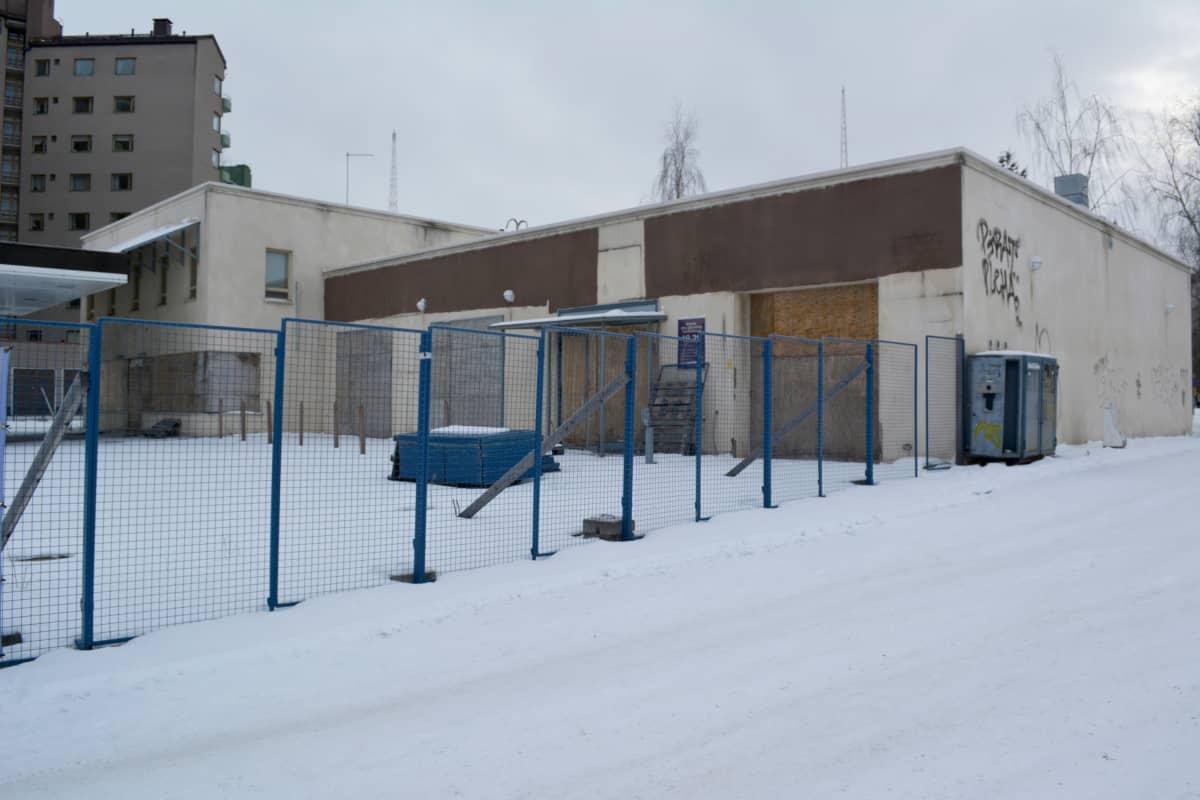 Lahdessa entisen linja-autoaseman lähettyvillä oleva vanha huoltamo rumentaa katunäkymiä vielä pitkään. Ränsistyneen huoltoasemarakennuksen purkaminen alkaa aikaisintaan tämän vuoden loppupuolella.