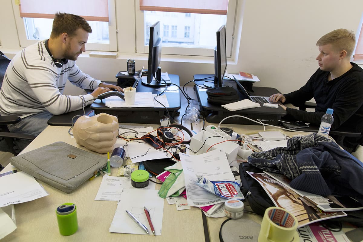 Startup-yritys Timman kotisivulta voi varata viime hetken kampaamo-, hieroja- ja kauneusalan aikoja. Robin Ranta (vas) ja Marko Raatikka huolehtivat, että varausjärjestelmän tekniikka toimii.