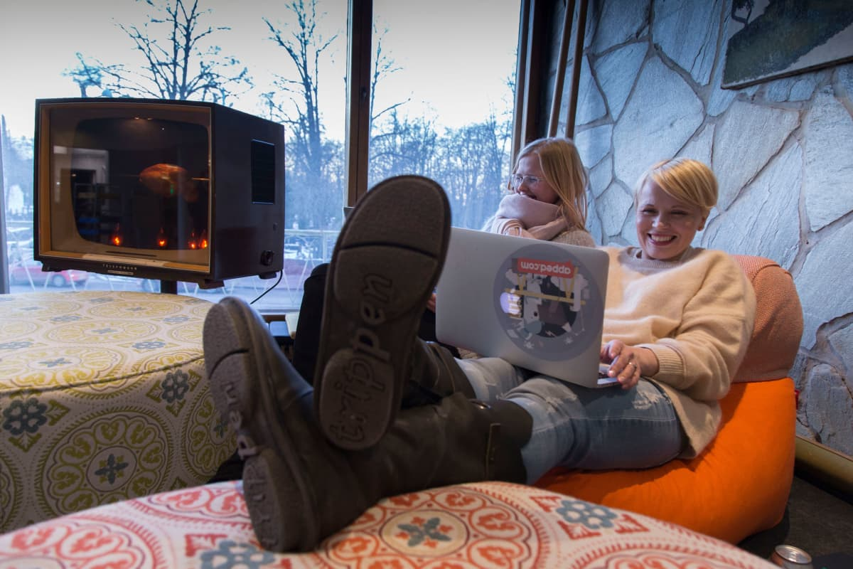 Naiset ovat vähemmistönä entisen Marian sairaalan startup-keskittymässä. Anna Piela (vas) ja Riikka Jakovuori pitivät Apped-yrityksensä palaveria aulatiloissa, joista avautuu näkymä Mechelininkadulle ja Hietaniemen hautausmaalle.