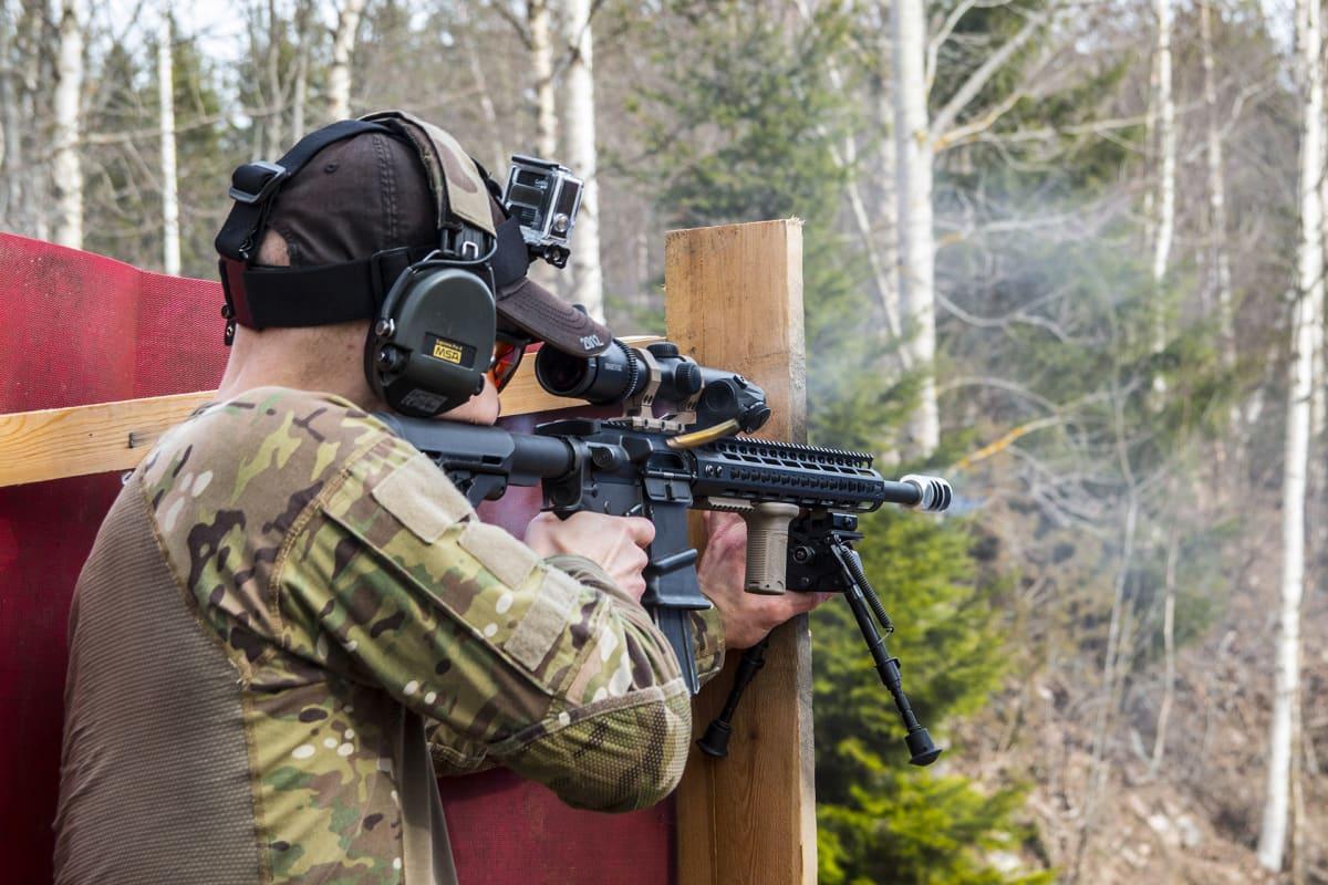 Moni nykyaikaisia maanpuolustustaitoja kehittävien SRA-lajien harrastajista on käyttänyt huomattavia summia  varusteisiinsa.