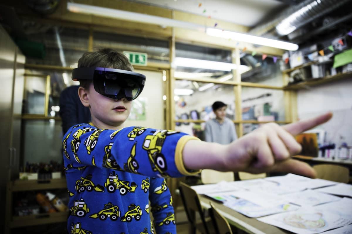 Joel Sihvonen virtuaalilasit päässä.