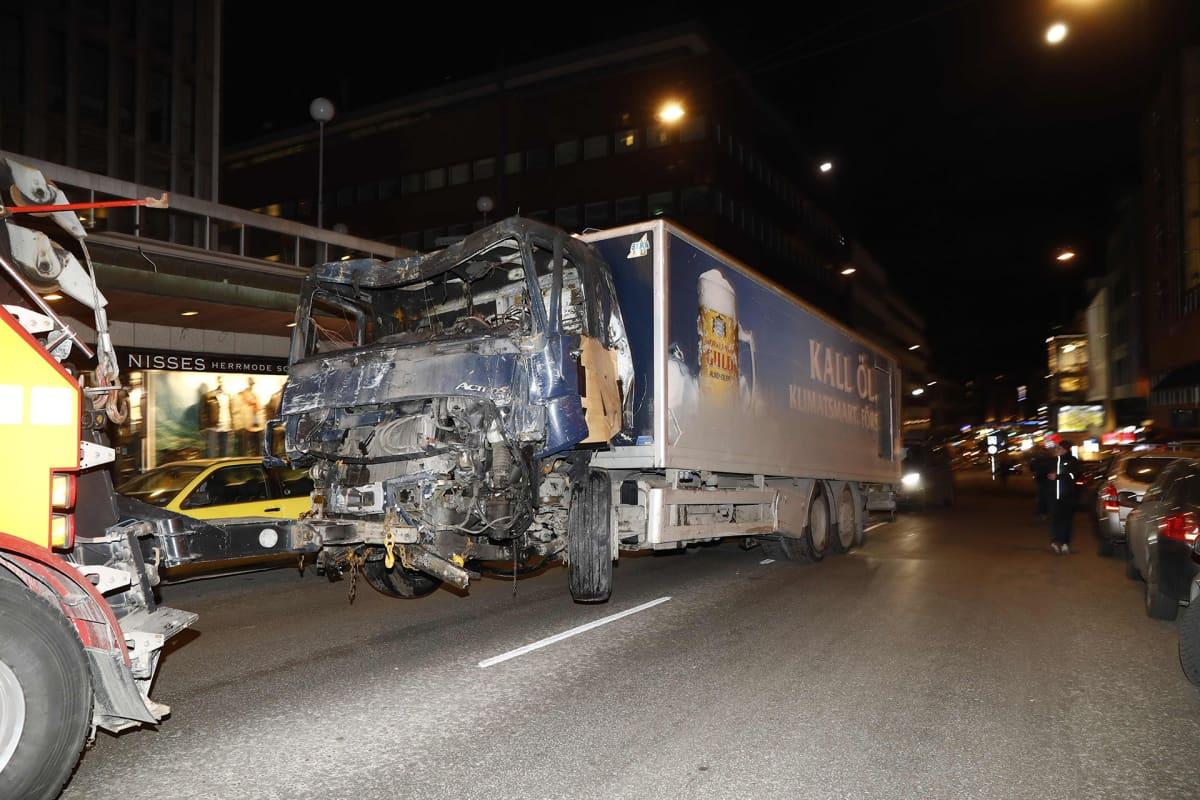 Tukholman iskussa käytettyä autoa hinataan pois tapahtumapaikalta. Iskijä varasti kuorma-auton, ajoi sillä väkijoukkoon ja törmäsi lopulta Åhlénsin tavarataloon Tukolman keskustassa.