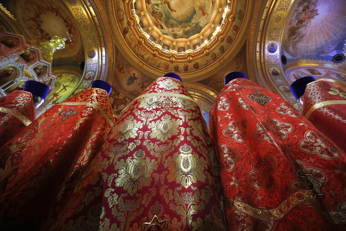 Venäjän ortodoksisen kirkon papit pääsiäismessussa Moskovassa 2016.