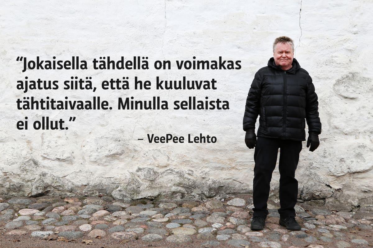 VeePee Lehto poseeraa Turun linnan seinustalla.