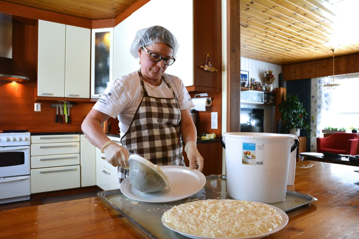 Mirja Kyllönen valmistamassa perinneherkkua.