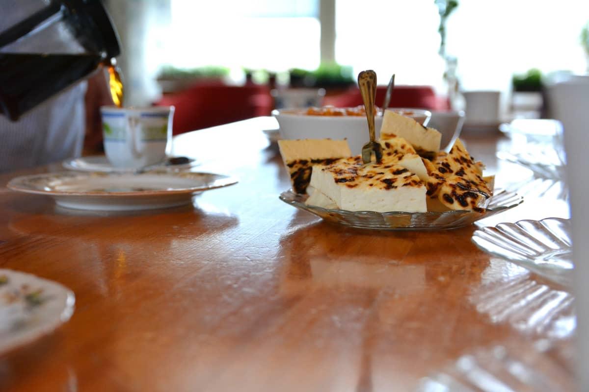 Juustoleipää kahvipöydässä.