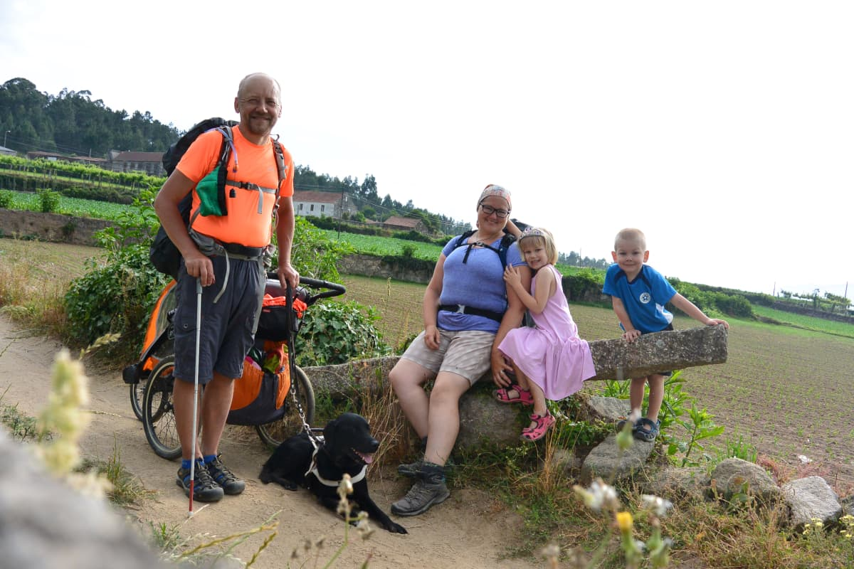 Janne Silas perheineen Santiago de Compostelan pyhiinvaellusreitillä.
