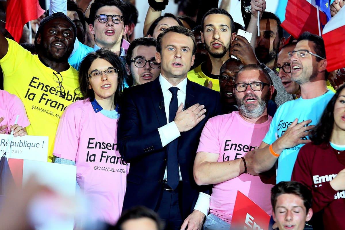Emmanuel Macron kampanjoimassa Pariisissa 1. toukokuuta.