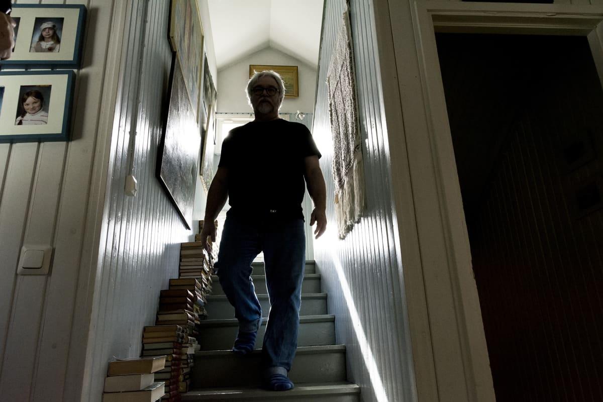 Mies kävelee portaita